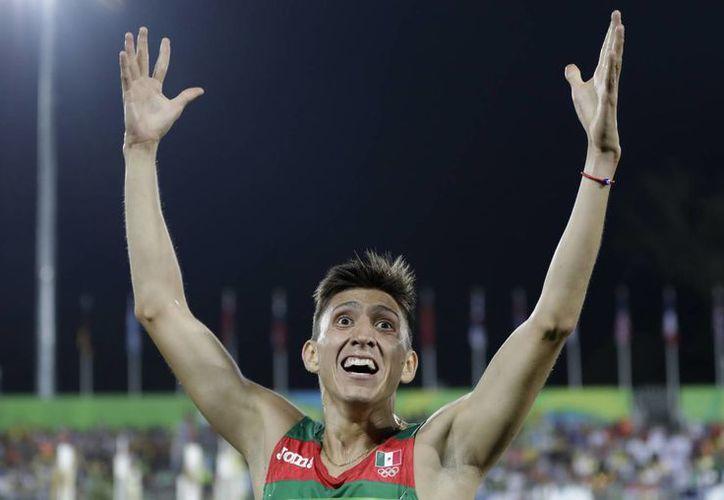 El mexicano Ismael Hernández consiguió la tercera medalla del día para la delegación mexicana. (AP /Natacha Pisarenko)