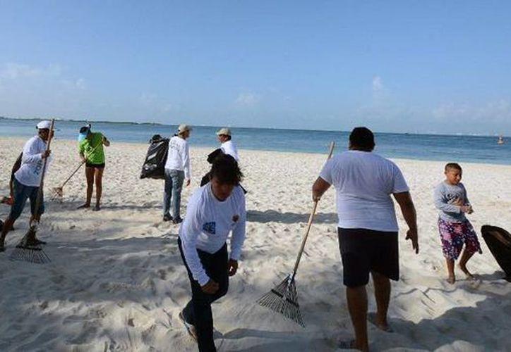 Cuatro vehículos y 36 empleados del Ayuntamiento atiende la limpieza y recoja de basura de la zona urbana y la zona centro, incluidas las áreas de playa. (Redacción/SIPSE)