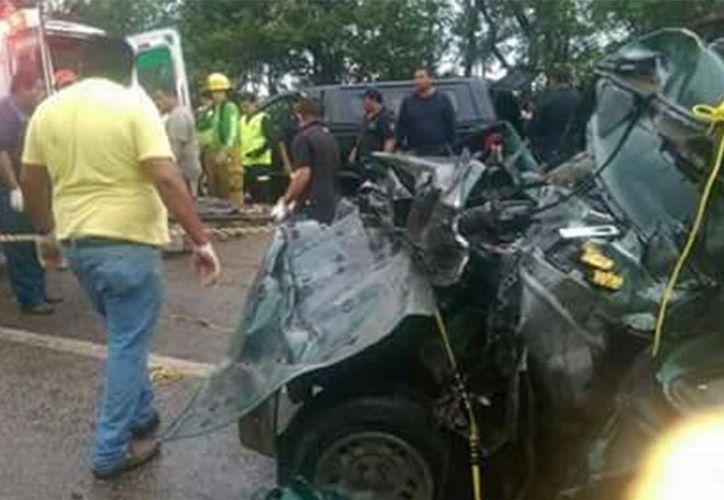 Un tráiler chocó de frente con una camioneta que trasladaba a 13 trabajadores (Excélsior).
