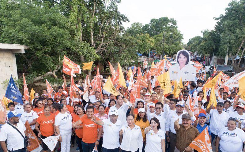 Un número significativo de personas acompañaron a Ludivina Menchaca en un recorrido.