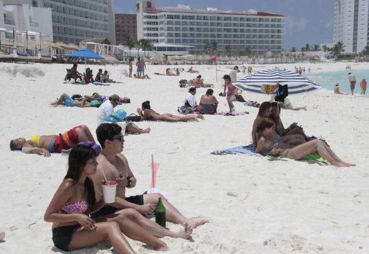 La clase trabajadora aprovecha los fines de semana para asistir solamente a las playas públicas. (Sipse)