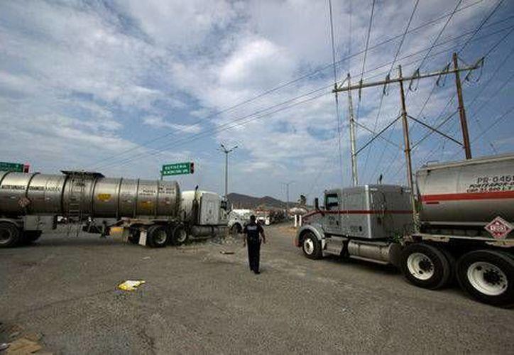 """El camino a la refinería """"Antonio Dovalí Jaime"""" de Salina Cruz, Oaxaca, se encuentra bloqueado y podría cerrar si continúa esa situación. (Milenio)"""