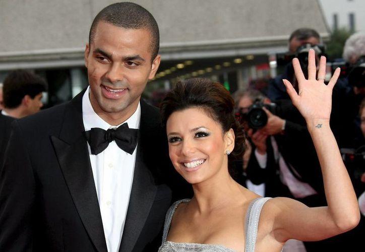 El jugador francés de baloncesto Tony Parker (i) y la actriz Eva Longoria, cuando eran una feliz pareja. (EFE/Archivo)