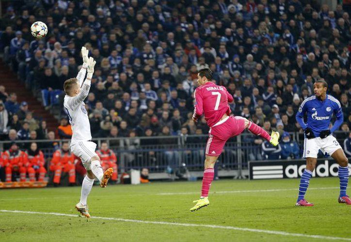 Cristiano Ronaldo se adelantó a su rival y cabeceó para techar al joven arquero de Schalke 04 en la victoria de Real Madrid. (Foto:AP)