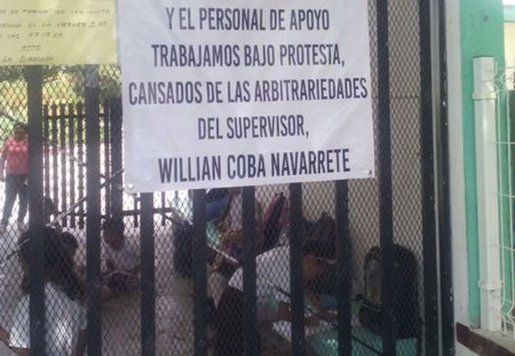 En la reja de la escuela se colocaron letreros de inconformidad. (Rubi Velázquez/SIPSE)