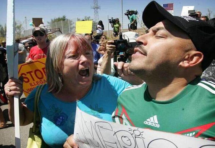 En su cuenta de Twitter, Lupillo Rivera subió varias fotos de la violenta respuesta que recibió cuando fue a protestar por la detención de niños migrantes. (@LUPILLO8)
