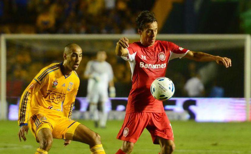 Egidio Arévalo se fue expulsado tras una fuerte entrada a Lucas Lobos (i) en partido de semifinal de la Liga Mx que terminó 0-0 en Toluca. (Notimex)