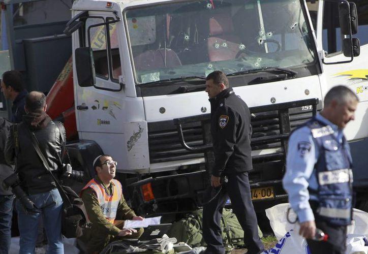 La policía israelí investiga la escena de un ataque en Jerusalén este domingo, en donde un palestino atropelló a un grupo de militares. Fue uno de los ataques más mortíferos en un año de violencia. (AP Photo / Mahmoud Illean)