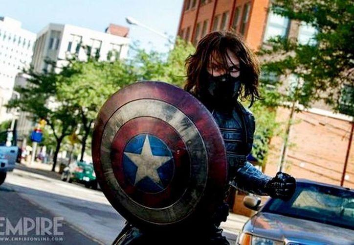 Sebastian Stan, actor que en la primera entrega dio vida a Bucky, amigo del Capitán América, ahora encarna al soldado de invierno, quien aparece sujetando el escudo del superhéroe de Marvel. (empireonline/Milenio)