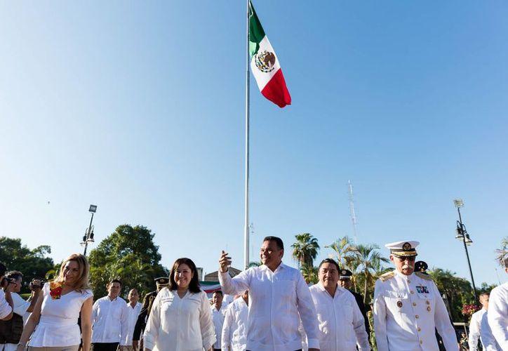 El gobernador Rolando Zapata (c) inaugura hoy la Copa Yucatán de tenis 2016. (Foto cortesía del Gobierno)