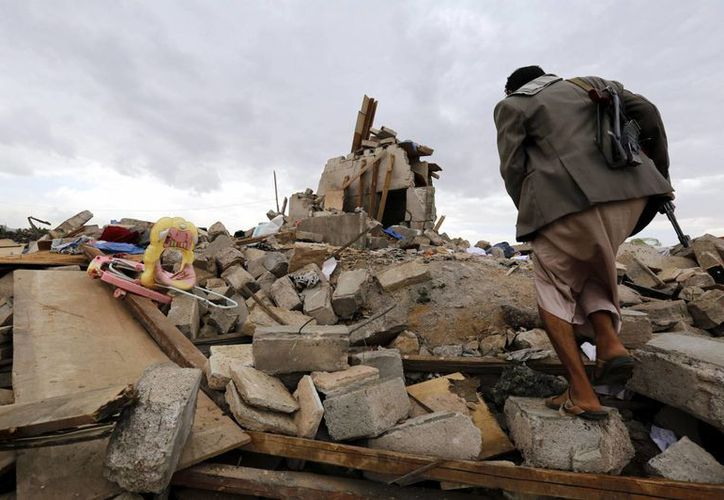 Restos de una casa tras un bombardeo de la coalición árabe liderada por Arabia Saudí esta semana en Yemen. (EFE)
