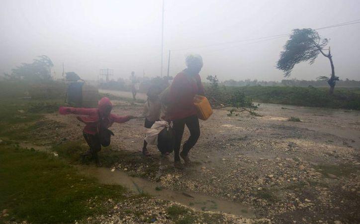 Residentes se dirigen a un refugio en Leogane, Haití. El huracán 'Matthew' pasó por el extremo suroccidental de Haití con vientos de 230 kph. (AP/Dieu Nalio Chery)