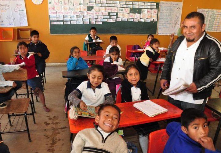 El secretario de Educación, Aurelio Nuño Mayer afirmó que en Oaxaca se han restablecido las clases en la totalidad de escuelas. En la imagen, el profesor Jaime de Jesús López Acevedo impartiendo clases a niños oaxaqueños. (Archivo/Notimex)