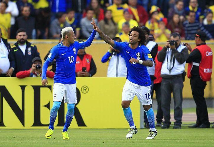 Neymar (i) fue uno de los artífices de la victoria de Brasil en casa de Ecuador, en la séptima jornada de la eliminatoria mundialista. (EFE)