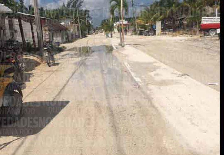 El líquido del drenaje se rebosa en las calles de la isla. (Alejandro García/SIPSE)
