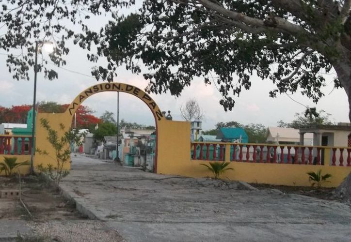 El hermano de Chumpis sufrió una crisis nerviosa al encontrarse con él  en el panteón Municipal de Yobaín, donde fue enterrado. (Jorge Moreno/SIPSE)