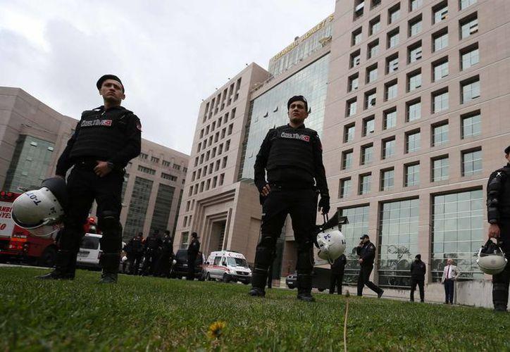 Elementos de seguridad resguardan el principal edificio de juzgados en Estambul, Turquía. (Agencias)