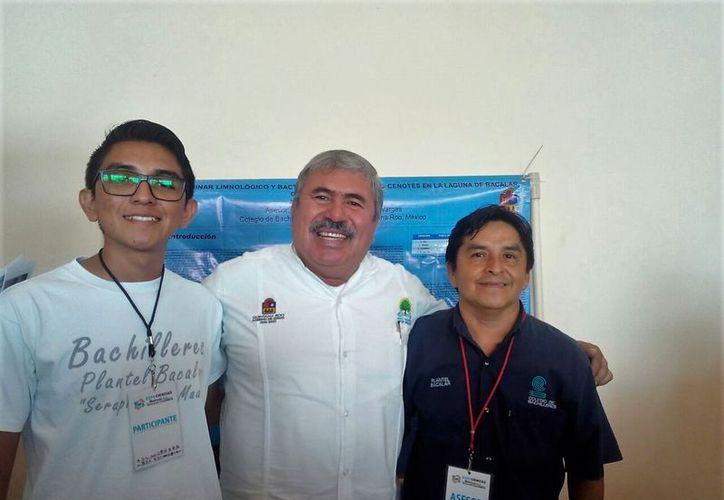 El joven Gabril Anguas poot, hizo un estudio preliminar limnológico y bacteriológico del cuerpo laguna. (Javier Ortiz/SIPSE)