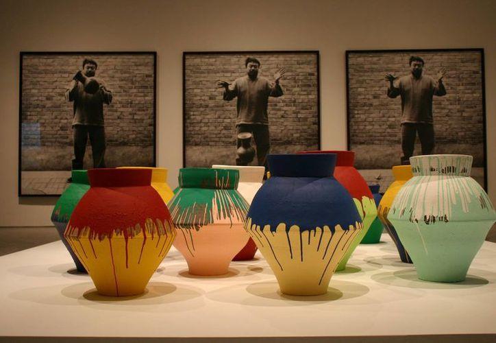 """La vasija rota forma parte de la exposición """"Ai Weiwei: According to What?"""". Detrás de la instalación hay una serie de tres fotografías en blanco y negro que muestran a Ai dejando caer una vasija al piso. (usatravel.about.com)"""