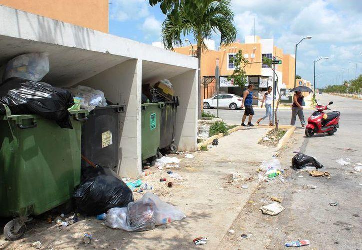 Las principales avenidas, como Búhos y Gavilanes, se pudo constatar que los depósitos están atestados de los residuos. (Octavio Martínez/SIPSE)