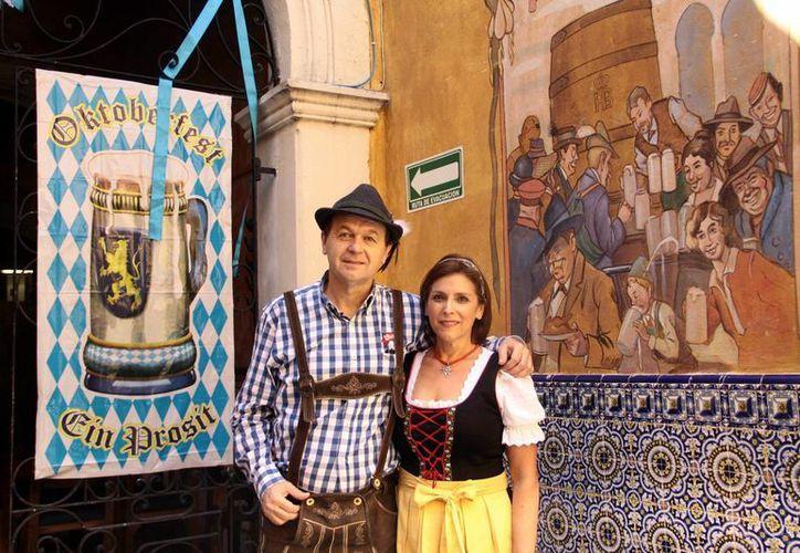 Jürgen Eggers y Lilibeth Cámara Solís, organizadores del Oktoberfest. Evento que contará con alimentos, bebidas, música  y demás expresiones culturales de la comunidad germana. (SIPSE)