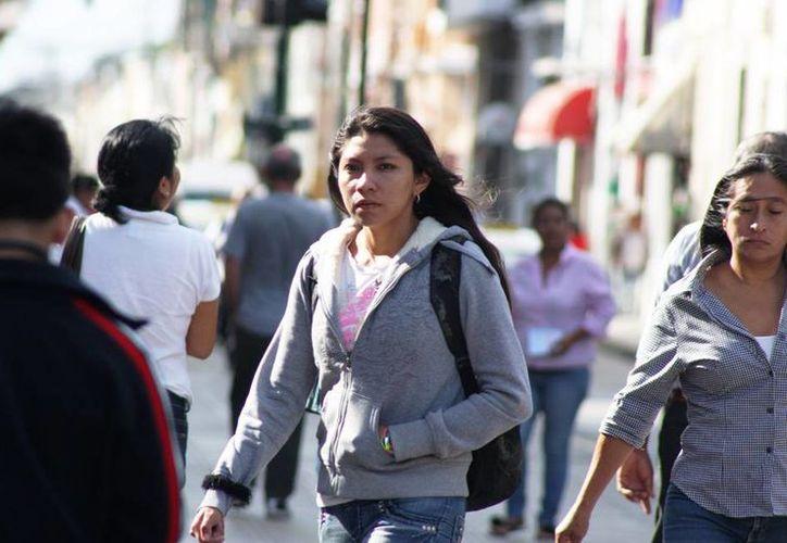 Las temperaturas más bajas se registraron en el sur del Estado, donde el termómetro bajó hasta los 14 grados, según la Conagua. En la imagen, una joven camina por calles de Mérida, donde la temperatura mínima fue de 18.1 grados. (Wilbert Argüelles/SIPSE)