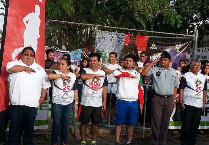 Se rindieron los honores a la Bandera previo al arranque de la carrera que organizó el Pentatlón Deportivo Militarizado. (Milenio Novedades)