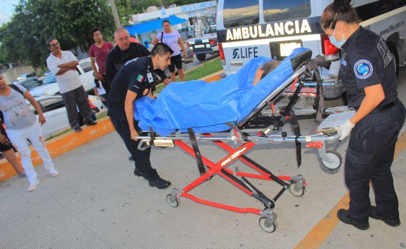 Paramédicos atendieron a los tres baleados quienes fueron remitidos al IMSS de Playa del Carmen. (Redacción/SIPSE)