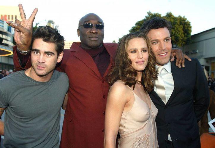 Ben Affleck y Jennifer Garner, quienes anunciaron su divorcio, lucen abrazados en esta foto junto a los también actores Colin Farrell (i) y Michael Clarke Duncan. (popsugar.com)