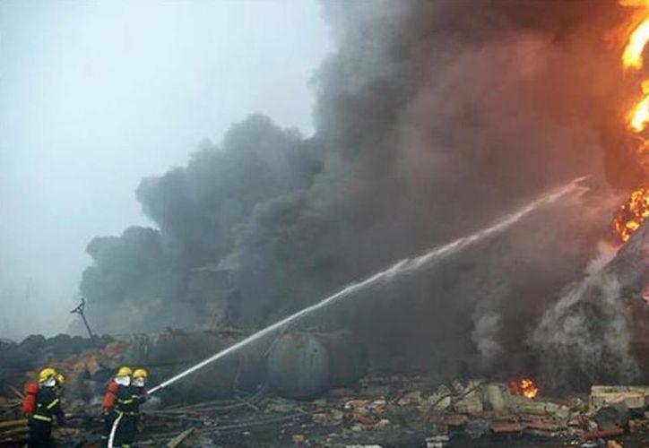 Los equipos de rescate continúan en las labores de remoción de escombros en busca de los 12 desaparecidos, mientras que las autoridades iniciaron una investigación para determinar la causa de la explosión. (el-carabobeno.com)