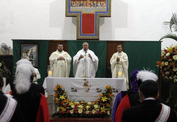 El Arzobispo Emérito Emilio Carlos Berlie Belaunzarán presidió la misa en la iglesia de Monjas. (Milenio Novedades)