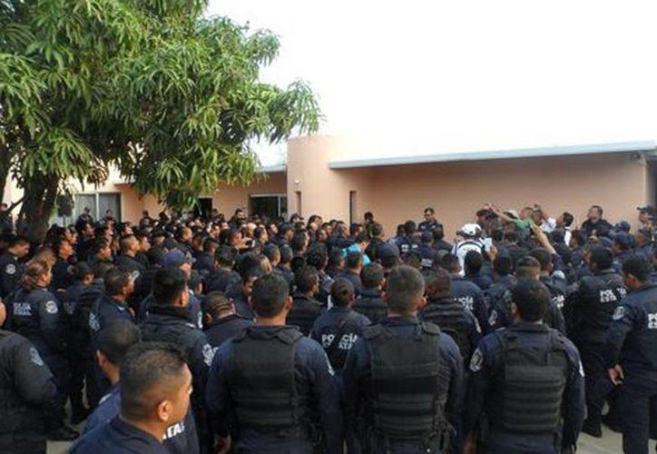 Está mañana 150 elementos se concentraron en las instalaciones de la coordinación de la Policía Estatal y exigieron la destitución de su mando superior. (Javier Trujillo/Milenio)