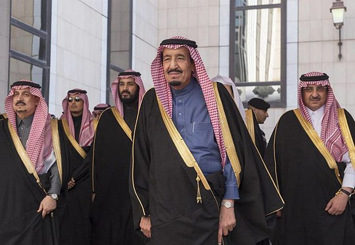El Estado Islámico (EI) amenazó con atacar cárceles en represalia por la ejecución de 47 prisioneros en Arabia Saudita. Imagen del rey saudí, Salman (centro), que camina con su comitiva en Riad. (Excelsior)