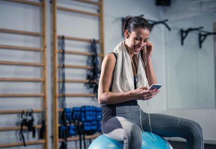 Deja el móvil en casa o en la mochila pero no te lo lleves a correr contigo. (Agencia/Guía saludable)