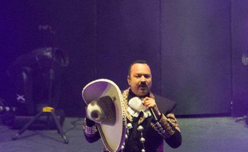 El cantante ranchero Pepe Aguilar afirmó que su padre lo chantajeó para que pudiera actuar en más de una decena de películas, cabe mencionar que el cantautor descarta retomar esa faceta en su carrera. En la foto Pepe Aguilar durante una de sus presentaciones en el auditorio nacional (Notimex)