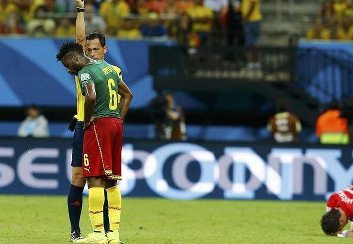En el encuentro disputado entre cameruneses y croatas, Alex Song (6) salió expulsado por una fuerte agresión a Mario Mandzukic. (Marca.com)