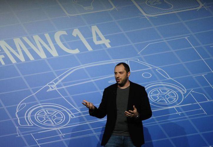El cofundador y director de WhatsApp, Jan Koum, habla durante el Congreso Mundial Móvil de Barcelona, España. (Agencias)
