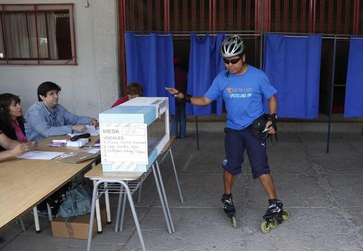 Luis Shiray, de 31 años, fue a votar en patines a una casilla de Santiago de Chile. (Agencias)