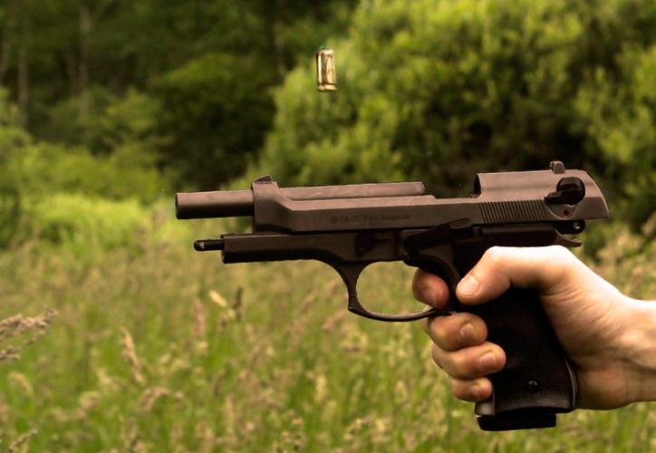 Tomó un arma que tenía guardada en un ropero de su habitación y decidió confrontar a los ladrones. (Pxhere)
