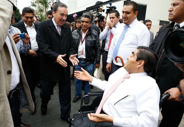 Los coordinadores de las fracciones parlamentarias del Senado confirmaron que hoy se reunirán las comisiones para discutir el dictamente de la reforma política. En la foto, el coordinardo del PRD, Miguel Barbosa (sentado) saluda al del PRI, Emilio Gamboa. (NTX)