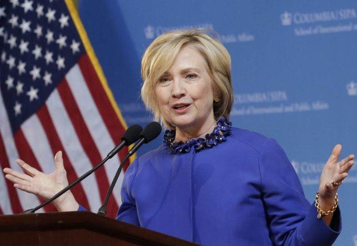 Hillary Clinton respaldó en su momento las acciones ejecutivas del presidente Obama, que permitieron frenar la deportación de millones de indocumentados. (AP)