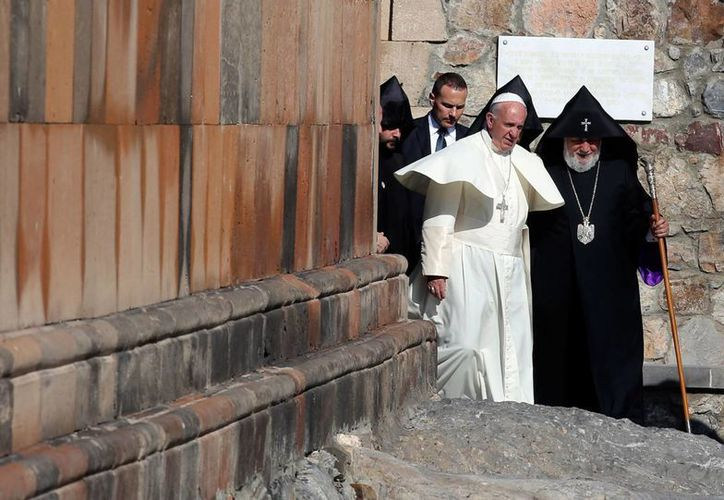 El papa Francisco y Karekin II, el patriarca de la Iglesia Apostólica de Armenia, durante su visita a un monasterio, el sábado 26 de junio, en Armenia. (AP)
