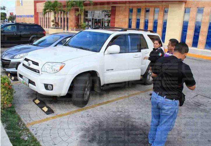 El joven fue atendido por paramédicos de la Cruz Roja. (Sergio Orozco/SIPSE)