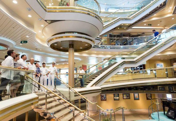 Imagen del mandatario estatal y su comitiva al realizar un recorrido por las instalaciones del crucero 'Monarch'. (Milenio Novedades)
