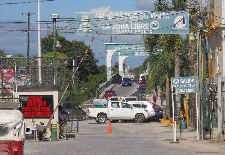 Agentes de la Policía de Belice realizando inspecciones en el área de la zona libre el Corozal. (Juan Palma/SIPSE)