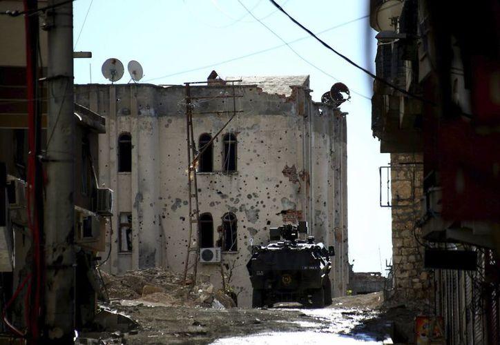 Agentes de policía patrullan el distrito de Silvan en Diyarbakir, Turquía, tras los enfrentamientos armados con miembros de la guerrilla kurda del Partido de los Trabajadores del Kurdistán (PKK). (Archivo/EFE)