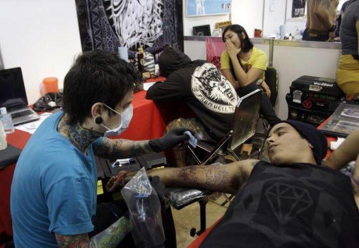 Es Indispensable que toda persona que ofrece el servicio de tatuajes y perforaciones en Yucatán cuente con una tarjeta de Tarjeta de Control Sanitario, emitida por la autoridad sanitaria federal. (Milenio Novedades)
