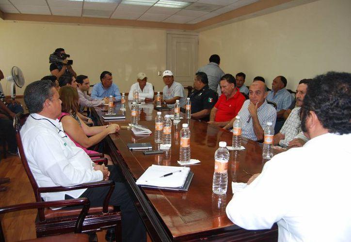 Realizan reunión representantes del ejido Juan Sarabia y de la SCT para determinar la fecha del pago de 60.4 millones de pesos. (Ángel Castilla/SIPSE)