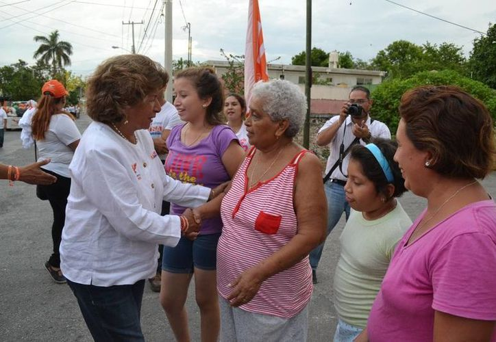 Ana Rosa Payán Cervera recibe el saludo de vecinos de la calle 76 del centro de Mérida. (SIPSE)