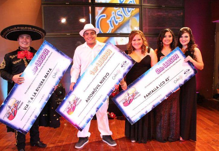 Desde la izquierda, los ganadores: Rodolfo Cárdenas Cachón, Juan Carlos Wastorf Montalvo, y  Andre Vázquez Flores, Ivonne Castro Fernández y Guadalupe García Cámara. (SIPSE)